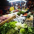 Fresh fish and vegetables are offered at the night market - 图库照片