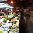 Fresh fish and vegetables are offered at the night market - Foto Stock