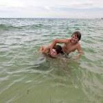 pickaback oynayarak eğlenceli güzel açık denizde olan çocuklar — Stok fotoğraf