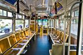 общественный автобус без пассажиров, останавливаясь на автобусной остановки — Стоковое фото