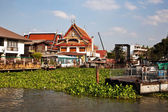 Temple at the river Mae Nam Chao Phraya in Bangkok — Stok fotoğraf