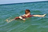 Jongen in een duik ring heeft plezier in de Zoni — Stockfoto