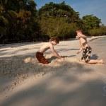 mladí kluci se těší hrát na pláži a budování obrázek — Stock fotografie