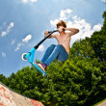 mladík se vzduchem s skútr — Stock fotografie