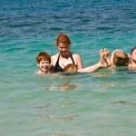 Aile denizin güzel beac üzerine Hindistan cevizi ile oynuyor — Stok fotoğraf