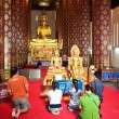 Worshipping in monastery Wat Na Phramane in Ajutthaya — Stock Photo
