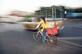 Vrouw rijden huis uit ochtend markt met haar fiets — Stockfoto