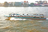 在一艘渡轮在日出在曼谷河上运输 — 图库照片