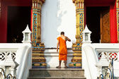 Monk in the temple Wat Thewarat at the river Mae Nam Chao Phraya in Bangkok — Stock Photo