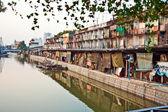 Case lungo un canale a bangkok — Foto Stock