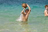 Familie rommelt met een kokosnoot in de zee op een mooie beac — Stockfoto