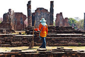 Workers in temple area Wat Phra Si Sanphet, Royal Palace in Ajut — Stock Photo