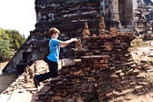 Boy taking picture in the famous temple area Wat Phra Si Sanphet — Stock Photo