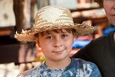 Chłopiec słomkowy kapelusz ma odpocząć w słońcu na świeżym powietrzu interne — Zdjęcie stockowe