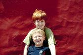 Dos hermanos están sonriendo y disfrutando del sol — Foto de Stock