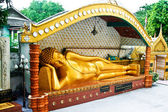 Mintiendo buddah en un templo en bangkok — Foto de Stock