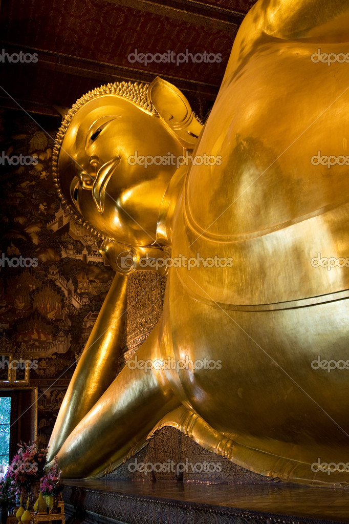 Famous lying buddha in temple Wat Pho in Bangkok — Stock Photo #5818492