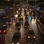 tung trafik på huvudvägen i bangkok på natten — Stockfoto