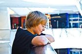 Niño sonriente dentro de un centro — Foto de Stock