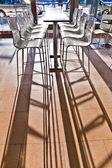 Sabah hafif bir sandalyede hamburg havaalanındaki bar — Stok fotoğraf