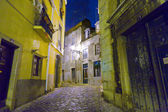 Lisbon at night, streets and old houses of the historic quarter in Lisbon — Zdjęcie stockowe