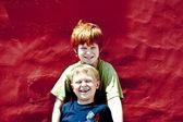 Deux frères sont souriant et enjoing le soleil — Photo