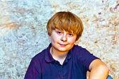 可爱的小男孩与旧砖背景 — 图库照片