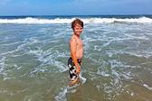 Niño feliz en el océano — Foto de Stock