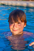 Child has fun in the outdoor pool — Stock Photo