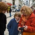 familie is blij en lachen door te kijken naar foto's en afbeeldingen — Stockfoto