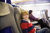 Chłopak cieszy się latający klasy biznes w samolocie — Zdjęcie stockowe