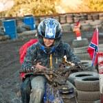 dziecko kocha do wyścigu z quadem w błoto Tor quad — Zdjęcie stockowe #6085151