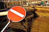 Sign one-end-street in front of the crane at the building site — Stock Photo