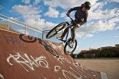 Garçon avec le vélo au skate park — Photo