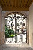 Fenêtre avec grille de fenêtre en dans le célèbre hospice de beaune, franc — Photo