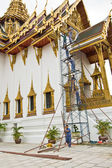 Working men on a rack at the Dusit Maha Prasat Tempel, Grand Palace — Stock Photo