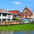 Temple at the river Mae Nam Chao Phraya in Bangkok — Stock Photo