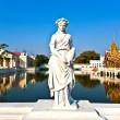 Beautiful royal sommer palace Park near Ayutthaja with lake — Stock Photo