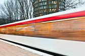Vlak odjíždí z nádraží brzy ráno — Stock fotografie