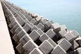Frangiflutti con blocchi di cemento — Foto Stock