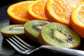 Sliced Orange and Kiwi Fruit — Stock Photo