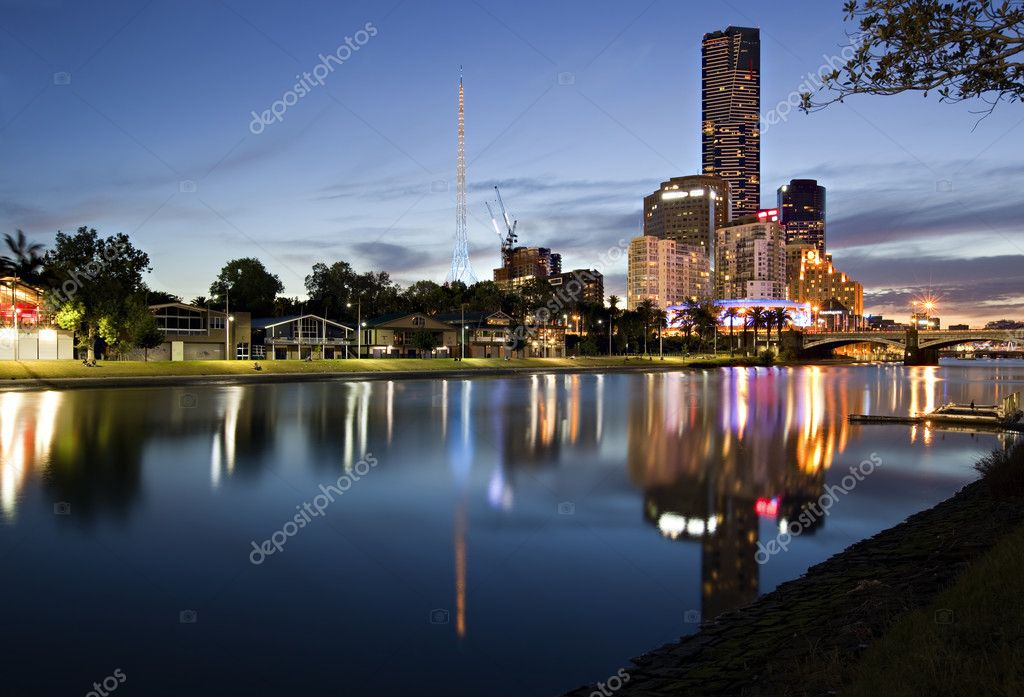 Melbourne, Australia.  Yarra River looking towards Princes Bridge and Southgate.  Rowing boat sheds line the bank. — Stock Photo #5531034