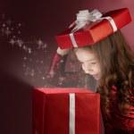 caja de regalo roja abierta de chica Litle — Foto de Stock