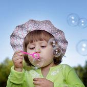 Bambino e bolla all'aperto — Foto Stock