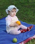 Litle opiekunki na trawnik — Zdjęcie stockowe