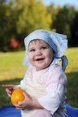 Baby op gras — Stockfoto