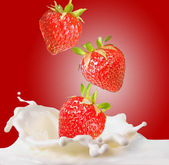 Strawberries & milk — Stock Photo