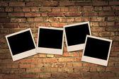 Fotos en blanco vacíos en pared de ladrillo antiguo — Foto de Stock