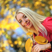 Belle donne in autunno parco — Foto Stock