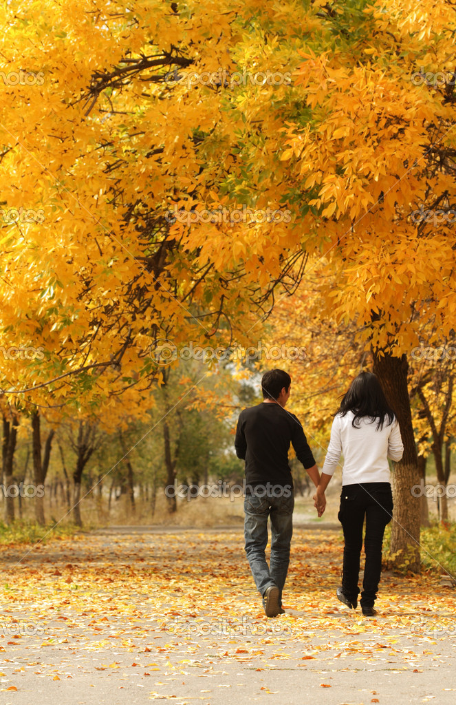 Young couple walking together in Autumn — Stock Photo #5646644